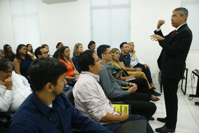 O diretor da ESMAM, desembargador Paulo Velten, reuniu-se com a equipe da escola
