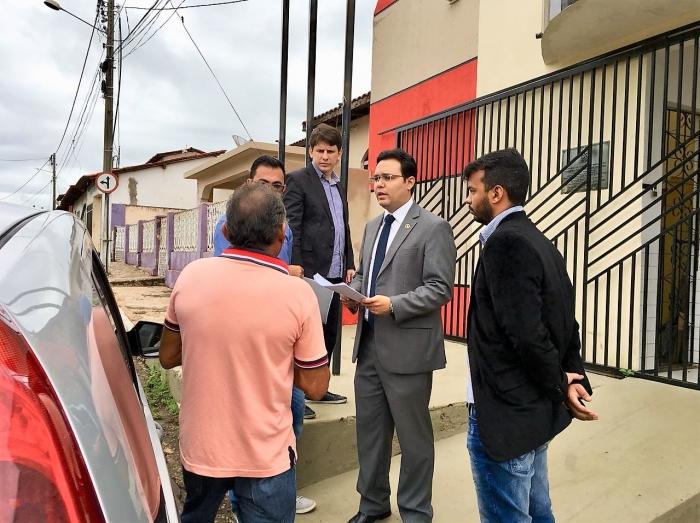Juiz Alexandre de Andrade faz audiência na porta do fórum em processo de interdição.