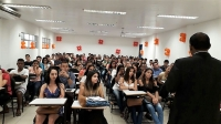 Estudantes atentos durante palestra do magistrado.