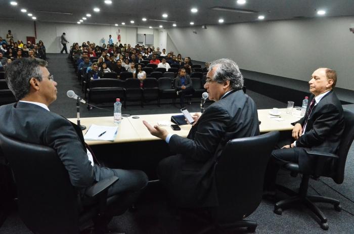 Presidente do TRF2, André Fontes (C); e os desembargadores do TJMA, Paulo Velten (E) e Lourival Serejo (D). Forto: Ribamar Pinheiro.