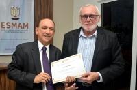 Waldemiro Viana recebeu um diploma da ESMAM  (Foto: Ribamar Pinheiro)