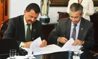 O presidente do TJMA, desembargador Joaquim Figueiredo; e o diretor da ESMAM, desembargador Paulo Velten assinaram o termo de convênio (Foto: Ribamar Pinheiro)