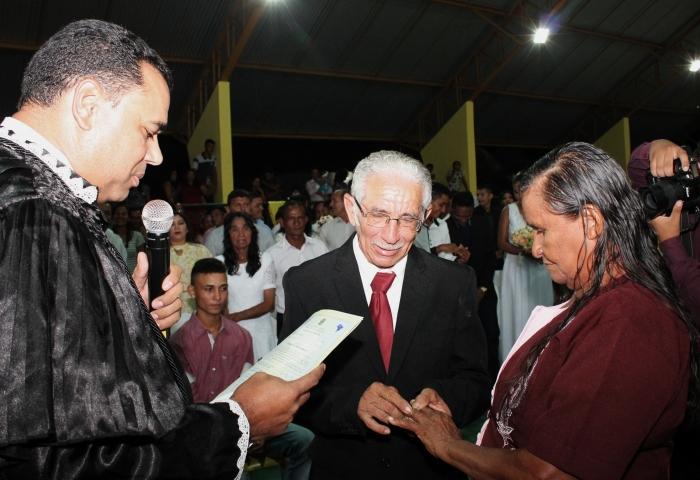 Juiz Edmilson Lima une casal de maior idade, Valdemar Sarmento (78) e Luiza da Conceição (76). (Foto: Josy Lord).
