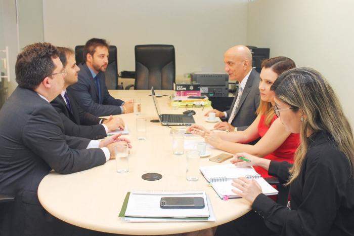 Corregedor da Justiça reúne com o defensor público geral eleito, Alberto Bastos. (Foto: Josy Lord / CGJMA).