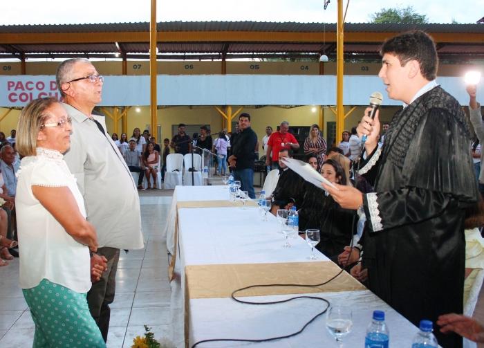 Juiz Haderson Resende Ribeiro, titular da Comarca de Dom Pedro, celebra união do casal de maior idade da cerimônia. (Fotos: Josy Lord/CGJMA).