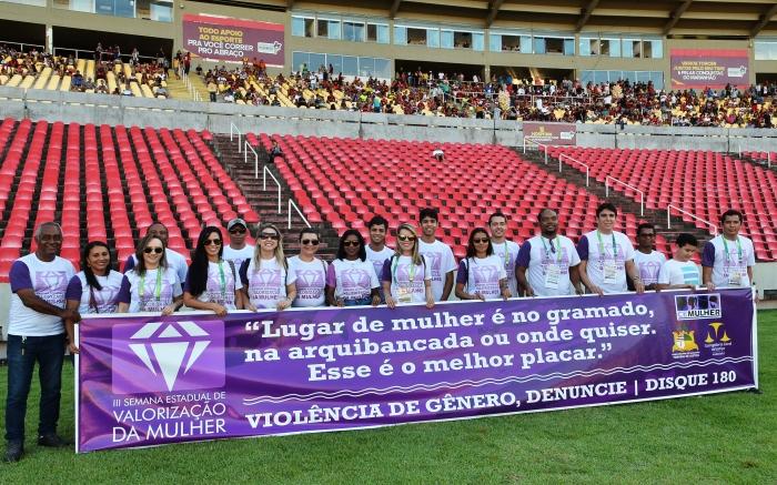 Equipe da Cemulher, magistrados e servidores em ação de conscientização no Estádio Castelão (Foto: Ribamar Pinheiro)