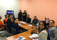 À direita, magistrada Vanessa Lopes durante audiência com promotora de Justiça, advogados e acusados.
