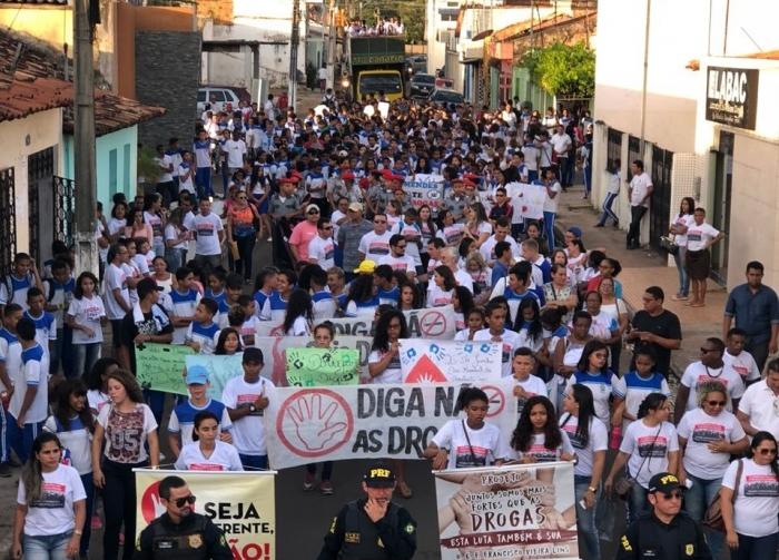 Centenas de estudantes e pessoas da cidade participaram da Caminhada