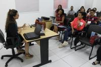 A museóloga Marijara Queiroz auxilia a equipe técnica de implantação do memorial
