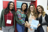 Marijara Queiroz foi agraciada com um exemplar do livro que conta a história dos 30 anos da ESMAM