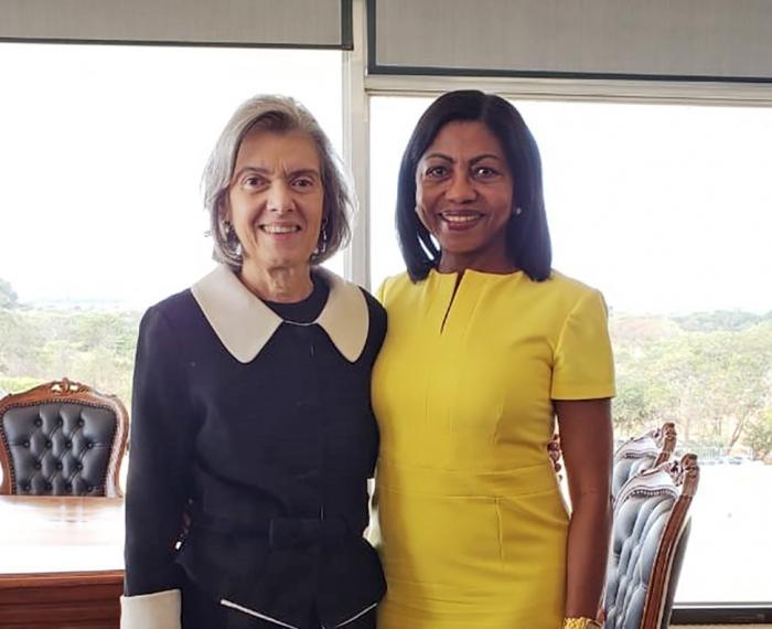 A presidente da Cemulher, desembargadora Angela Salazar, em reunião com a presidente do STF, ministra Cármen Lúcia.