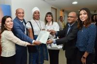 Entrega oficial da primeira certidão com alteração de nome e gênero (Fotos: Ribamar Pinheiro/ASCOM-TJMA)