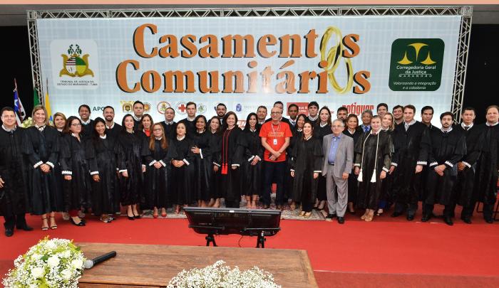 Corregedor-geral com juízes durante o casamento comunitário de São Luís - Ed. 2018 (Créditos: Ribamar Pinheiro/TJMA).