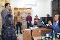 Corregedor-geral, des. Marcelo Carvalho Silva, durante conversa com juiz e servidores de Brejo.