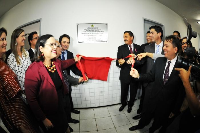 Os desembargadores Joaquim Figueiredo (presidente do TJMA) e Marcelino Everton e juízes da Comarca de Bacabal descerraram a placa de instalação (Foto: Ribamar Pinheiro)