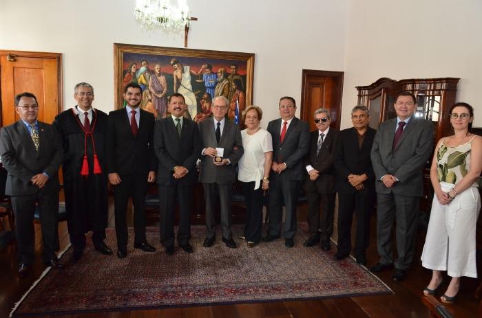 O presidente do TJMA, Joaquim Figueiredo, recebeu a visita do magistrado mineiro Humberto Theodoro (Foto: Ribamar Pinheiro)