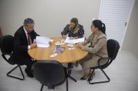 Desembargador Paulo Velten, Rosseline Privado e Gabriella Caminha assinaram o termo de cooperação
