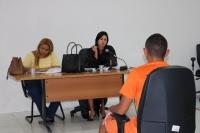Promotora de Justiça faz perguntas a um dos réus durante julgamento.