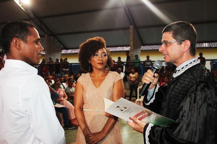 Juiz Duarte Henrique Ribeiro de Souza celebra união de noivos durante Casamento Comunitário de Buriticupu. (Foto: JosyLord/CGJMA).