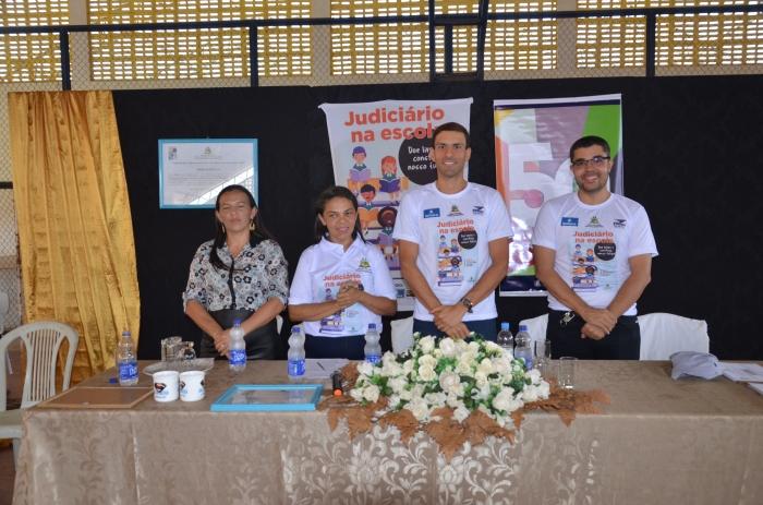 Juiz Rapahel Guedes ao lado da diretora Naiza Gomes, na entrega dos livros. Foto: Jô Fernandes