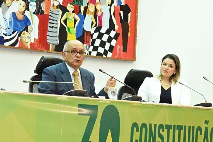 Sérgio Bermudes e a juíza Marcela Lobo (Foto: Agência Assembleia)
