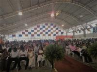 Casais aguardam a realização da cerimônia no Centro de Convenções