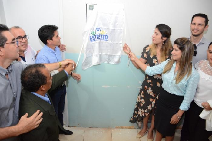 Juíza Gisa Fernanda Mendonça descerrando a placa do Posto de Registro Civil