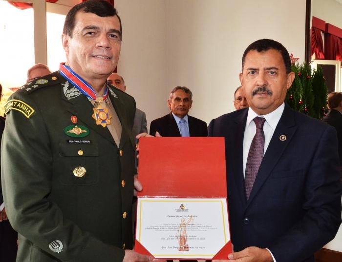 A comenda foi entregue pelo presidente do TJMA, desembargador Joaquim Figueiredo.