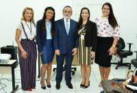 As instrutoras Ivane Rodrigues, Hildacy Paixão e Maíra Lopes Castro com o desembargador José Luiz Almeida (Foto: Ribamar Pinheiro)