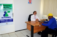 Des. José Luiz Almeida atende jurisdicionado durante o Ouvidoria Itinerante. Foto: Divulgação Ouvidoria