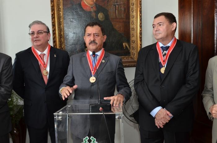 Desembargador Joaquim Figueiredo (centro) deu posse aos desembargadores Froz Sobrinho e José Jorge Figueiredo (Foto: Ribamar Pinheiro)