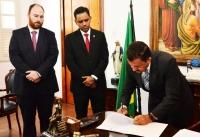 Des. Joaquim Figueiredo assina o Termo de Posse do juiz João Paulo de Sousa Oliveira. Foto: Ribamar Pinheiro/ Asscom TJMA