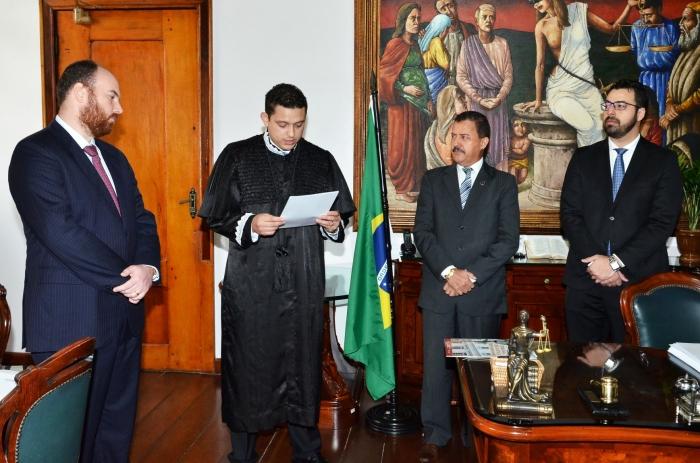 Novo juiz assume o compromisso com a magistratura no Gabinete da Presidência do TJMA. Foto: Ribamar Pinheiro/ Asscom TJMA