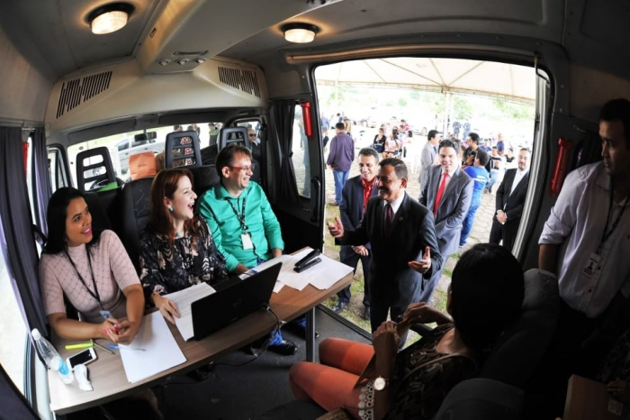 Presidente conversa com parte da equipe da Conciliação na unidade móvel. Foto: Ribamar Pinheiro/ Asscom TJMA