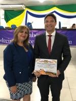 Juiz Artur Gustavo exibe título de cidadania ao lado da vereadora Conceição Oliveira