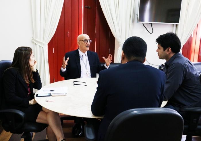 O corregedor-geral da Justiça, desembargador Marcelo Carvalho Silva recebeu em reunião representantes da ATC-MA. (Imagem: Josy Lord / CGJMA).