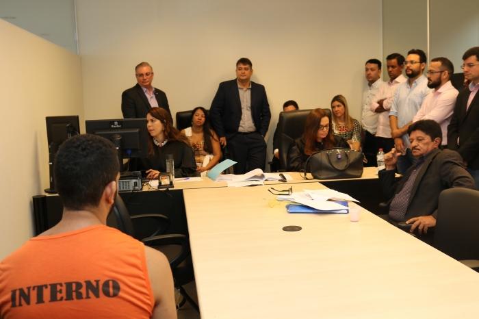Na Central de Inquéritos, juízes acompanham audiência de custódia (Foto: Josy Lord)
