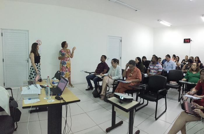 Laiza Spagna e Rosângela Guimarães dirigem as oficinas para elaboração de projetos