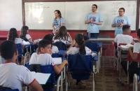 Juíza Clécia Monteiro e servidores falando sobre a campanha em escolas