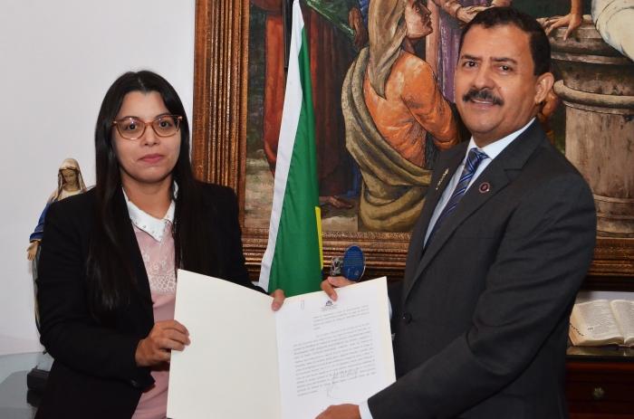 A juíza Vanessa Jordão assinou o Termo de Posse no gabinete da presidência. (Foto: Ribamar Pinheiro)