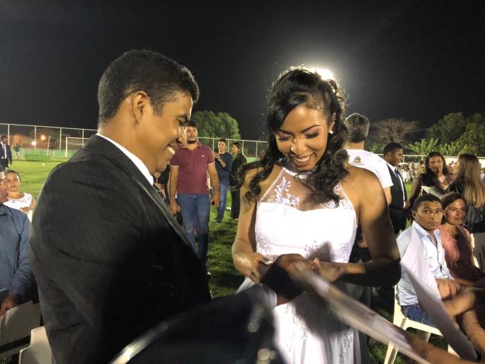 Casal troca alianças durante casamento comunitário em Grajaú