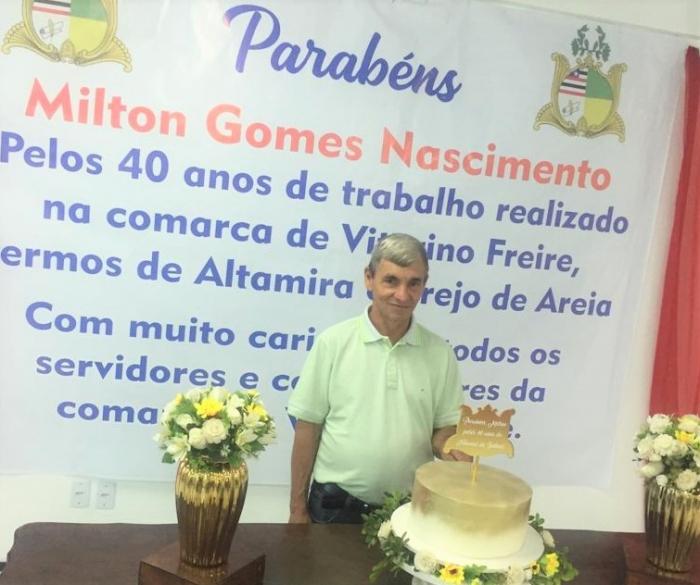 Oficial de Justiça posa pra fotos na homenagem prestada por colegas do Fórum de Vitorino Freire