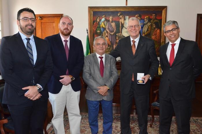 O ministro recebeu a homenagem no Gabinete da Presidência do TJMA (Foto: Ribamar Pinheiro)