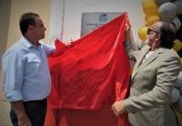 Prefeito Erlanio Xavier e desembargador José Luiz Almeida descerram placa (foto: Fernando Macedo - Prefeitura de Igarapé Grande)