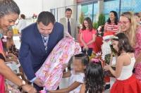 O desembargador José Jorge Figueiredo (vice-diretor da ESMAM) fez a entrega simbólica dos presentes (Foto: Ribamar Pinheiro)