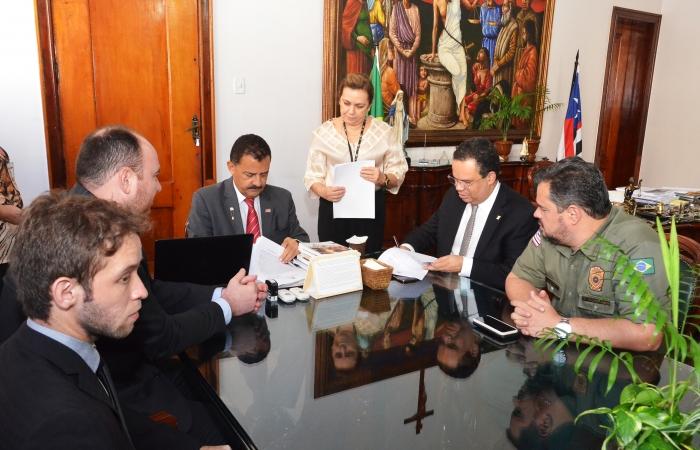 A solenidade de assinatura do termo ocorreu no Gabinete da Presidência (Foto: Ribamar Pinheiro)