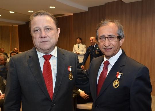 Ao serem homenageados, os desembargadores Cleones Cunha e Raimundo Barros agradeceram pela comenda recebida e elogiaram o trabalho dos  militares (Foto: Ribamar Pinheiro)